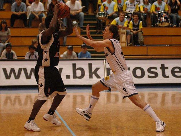Kvalitní defenziva je nezbytným základem úspěchu, říká mimojiné Petr Czudek (vpravo). Takto bránil v posledním kole základní části Mattoni NBL brněnského Pratera.