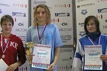 Alžběta Kührová (uprostřed) získala na MČR mladších žákyň v plavání tři zlata.