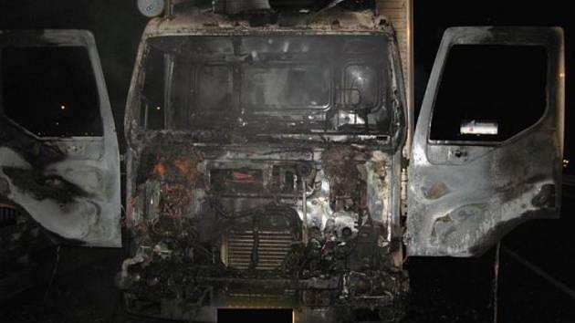 Z kamionu zůstala ohořelá kostra.