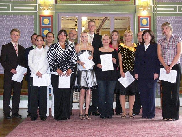 Studenti třídy 2SPO SOU obchodní si převzali maturitní vysvědčení na prostějovskou radnici