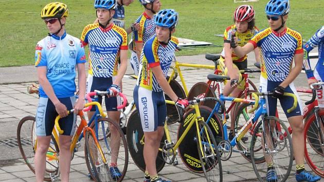 Prostějovští cyklisté se chystají na závody.