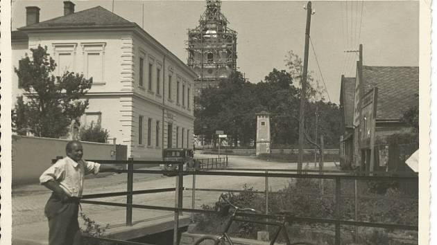 Náves 1935–1937; na fotografii je možné vidět rekonstrukci kostela sv. Bartoloměje, starou školní budovu bez přístavby a vpředu umělý vodní tok Mlýnská strouha, který napájel dva vrahovické mlýny – Dostálův a Vodičkův