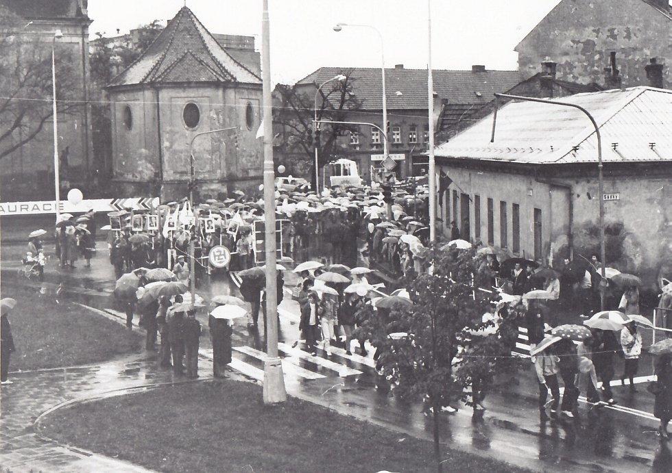 2. Na účastníky prvomájového průvodu vroce 1989 čekalo dešťové počasí.