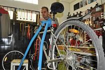 Technici v cykloservisech mají v těchto dnech spousty práce