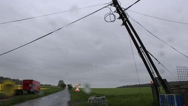 Poškozené sloupy elektrického vedení v Myslejovicích. 15.5. 2019