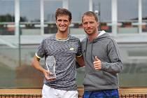 Tenista Vít Kopřiva (vlevo) s trenérem Jaroslavem Pospíšilem.