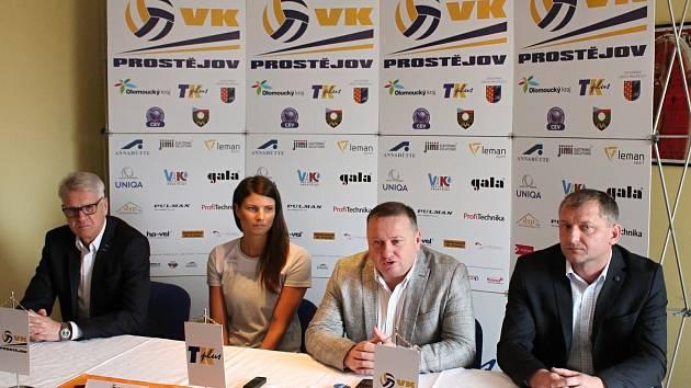 DESÍTKA LÁKÁ. Útok na jubilejní titul vyhlásil VK Prostějov. (zleva) Trenér Miroslav Čada, Andrea Kossányiová, Petr Chytil a Tomáš Cibulec.