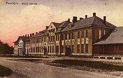 Nádraží Moravské západní dráhy (tzv. místní nádraží) vProstějově, postavené vroce 1889. Pošta a celní úřad byly knádražnímu traktu přistaveny vroce 1913.