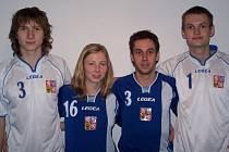 Uprostřed seniorští reprezentanti Faltýnková s Šnevajsem, na krajích pak prostějovští reprezentanti z juniorky Tichý (vlevo) a Bednář (vpravo).