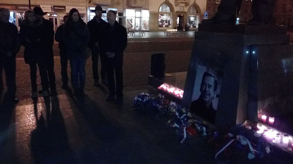 Připomenout si výročí 17. listopadu 1939 a 1989 přišlo k soše TGM v Prostějově asi padesát lidí.