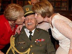 Válečný veterán Alfréd Jánský při gratulaci k 100. narozeninám na prostějovské radnici