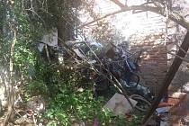Na sousedův dvůr naházeli letitý odpad.