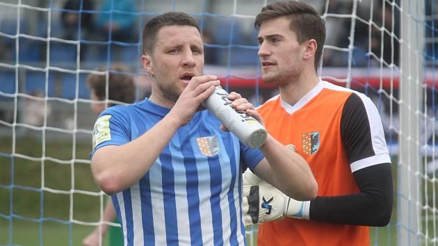 Fotbalisté Prostějova (v modrém) remizovali s Uherským Brodem 1:1 Aleš Schuster a Filip Jícha (Prostějov)