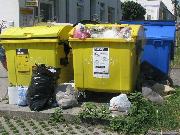 Přeplněné kontejnery na plasty ve Svatoplukově ulici