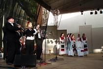 Taneční skupina RUT a Létající Rabín na Mezinárodním folklorním festivalu ve Strážnici