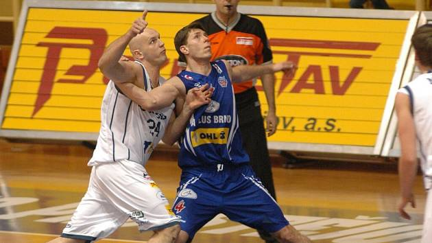 Polský pivotman Robert Tomaszek (vlevo) hájící barvy BK Prostějov se přetlačuje s brněnským protivníkem Petrem Bendou.