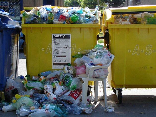 Kontejner v Milíčově ulice přetíká odpadem.