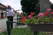 Starostka Držovic Blanka Kolečkářová před památníkem padlých