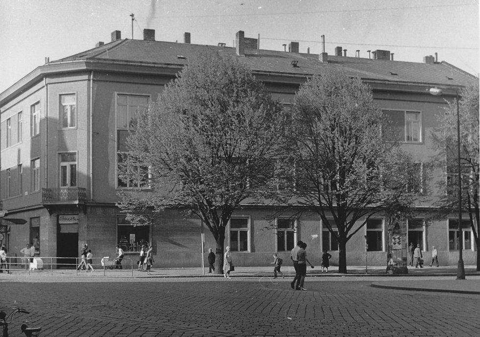 Ve druhé polovině 20. století sídlila v přízemí domu prodejna potravin.