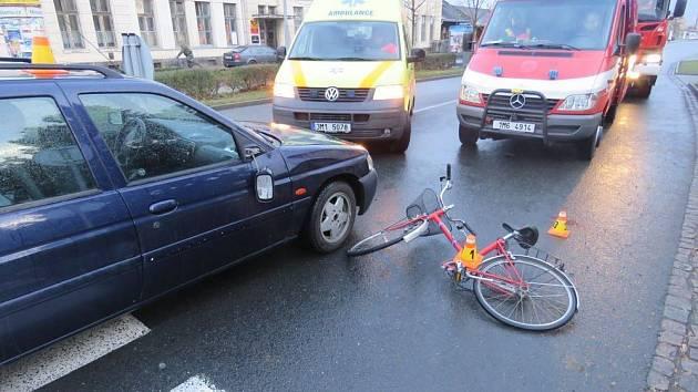 Žena nedala přednost autu, skončila v nemocnici.