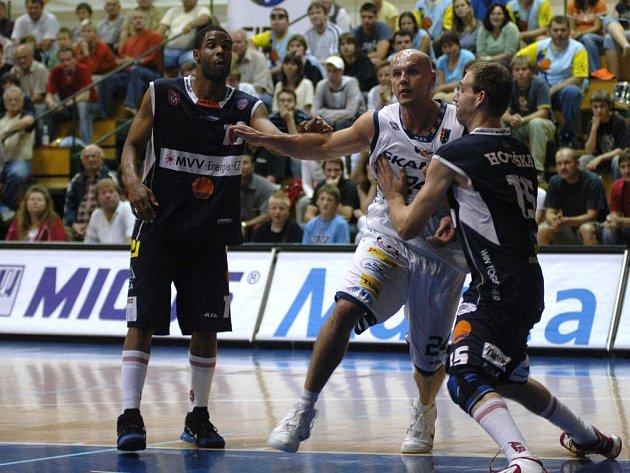 Snaha děčínských basketbalistů zastavit podkošový buldozer jménem Robert Tomaszek (uprostřed).