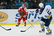 Hokejisté Prostějova (v červeném) zdolali Kladno po nájezdech 4:3 a snížili stav čtvrtfinálové série na 1:2.