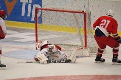 Hokejisté Prostějova (v bílém) doma v přípravném utkání podlehli Třebíči 2:3.