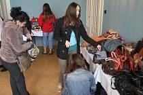 Kabelkový veletrh zpestřil charitativní módní přehlídku, k mání bylo na 250 kabelek