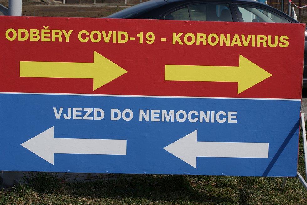 Před prostějovskou nemocnicí v době koronavirové - 27. 3. 2020 - testování