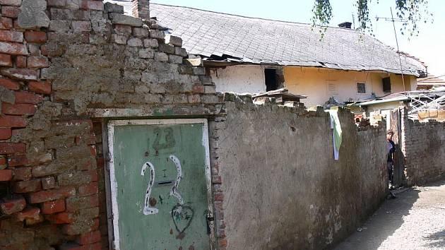 Domy u kostela, ve kterých žijí ve Vrbátkách Romové