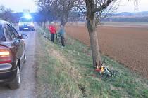 Náraz opilého cyklisty na silnici mezi Vícovem a Plumlovem do stromu - 4. dubna 2021