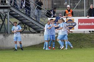 Fotbalisté Prostějova (v bílo-modrém) porazili Žižkov 2:1.