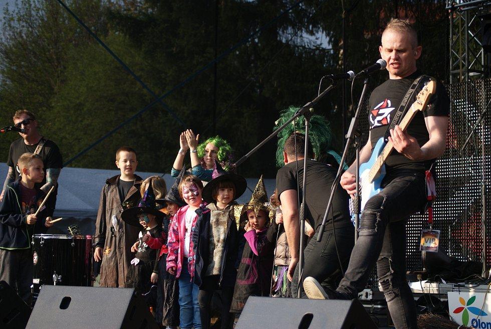 Čarodějnice v plumlovském kempu Žralok - 30. dubna 2019 - vystoupení kapely Premier s dětmi