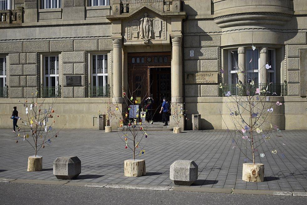 Třináct nazdobených stromečků připomíná před prostějovskou radnicí velikonoční období. 30.3. 2021