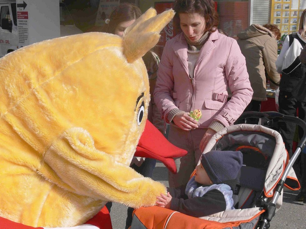 Kuřecího maskota si děti rychle oblíbily.