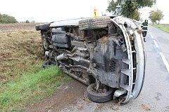 Řidička vlivem rychlé jízdy obrátila své auto na bok