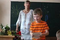 Předávání vysvědčení na ZŠ v Čechách pod Kosířem