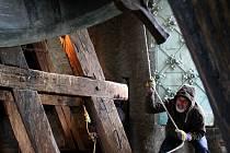 Zvony a sirény ve čtvrtek v poledne uctily památku obětí střelby v Uherském Brodě. Na snímku zvonice kostela Povýšení sv. Kříže v Prostějově