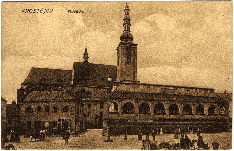 Pohled k Filipcovu náměstí z hlavního náměstí v Prostějově na počátku 20. století.