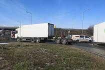 Kruhový objezd u Vitany ucpal na delší dobu ve čtvrtečním odpoledni odpojený návěs kamionu.