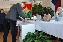 Ihned po otevření volební místnosti se před urnou začala tvořit fronta.