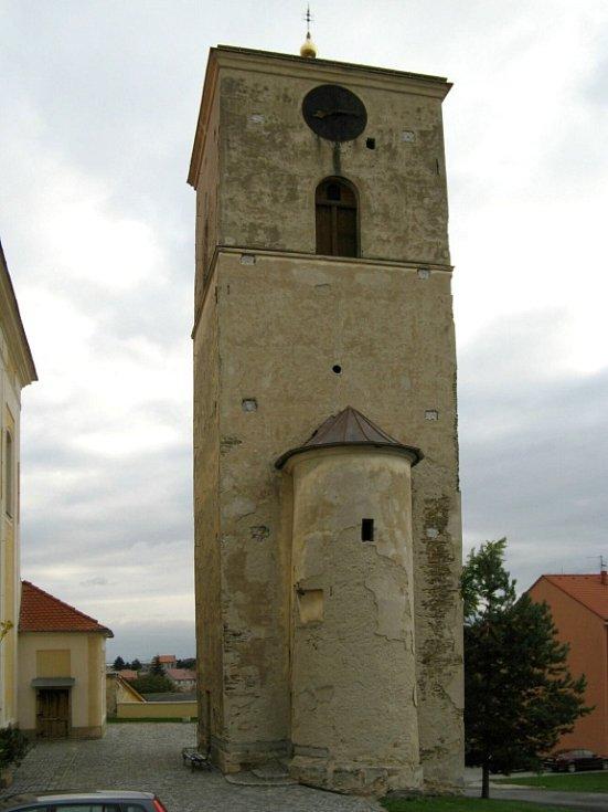 Původní stav věže u kostela svatého Jana Křtitele v Určicích, která prošla rekonstrukcí. Spolu s ní byly restaurovány i věžní hodiny včetně hodinového stroje.
