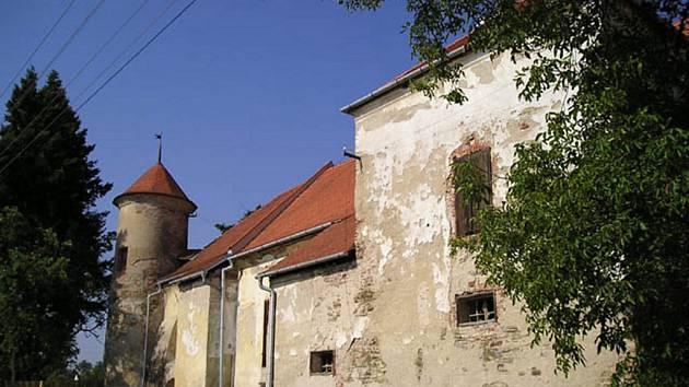 Na každém ze čtyř nároží ční okrouhlá věž.