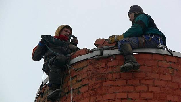 Rozebírání komínu bývalé sladovny v Prostějově