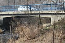 Zatím je pod mostem na Olomoucké křoví, město má v plánu tudy vést cyklostezku