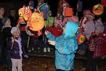 Sobotní podvečer v Plumlově prozářily lampióny a zpěv ukolébavek.
