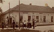 Hostinec Na Hrázi založil v19. století majitel nedaleké Habustovy kavárny.