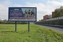 """Přenesli jsme se v čase? Vůbec ne. To jen některé billboardy. Na snímku tři roky """"prošlá"""" reklama v prostějovské ulici Josefa Lady."""