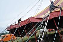 Personál cirkusu Humberto postavil v úterý na kraji města své šapitó