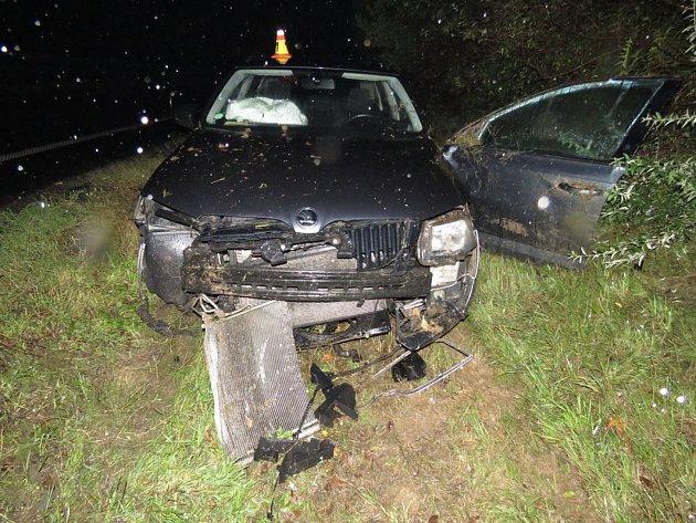 Řidič neodhadl schopnosti své ani auta. Výsledkem byl smyk a škoda za více než sto tisíc korun.